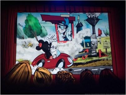 Mickey and Minnie's Runaway Railwayコンセプトアート ミッキーとミニーが遠出をしようとしていると、エンジニアであるグーフィーが汽車を走らせており……