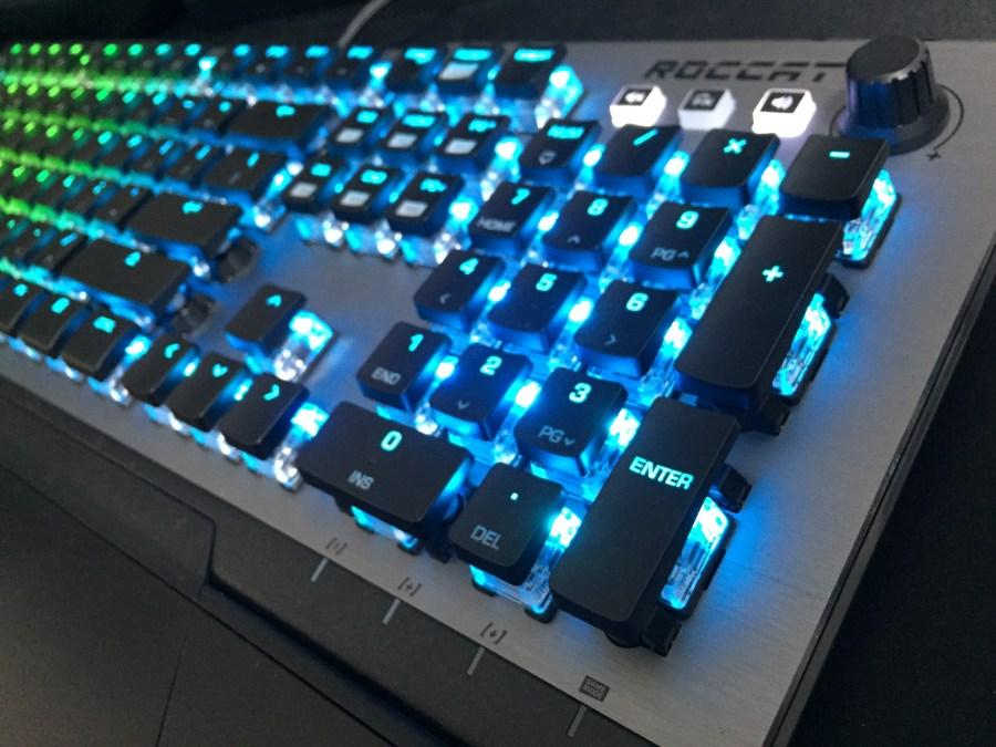 「ROCCAT Vulcan 120 AIMO」レビュー。ROCCATがキースイッチから筐体まで新設計した、既成概念を取っ払ったゲーミングキーボード