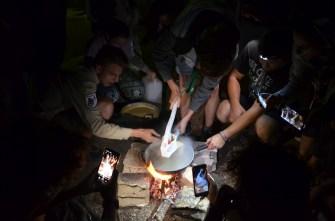 Spätzle über dem Lagerfeuer