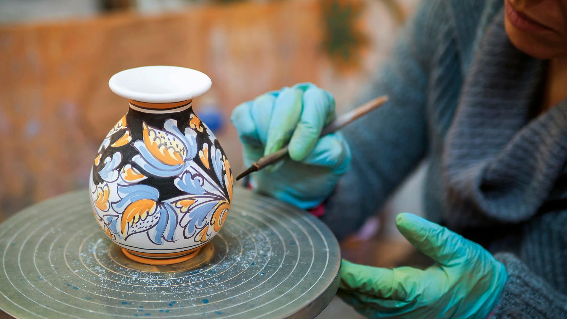 Quali sono le tecniche impiegate per decorare le piastrelle in ceramica? Le 5 Citta Della Ceramica In Italia Alitalia Discover Italy