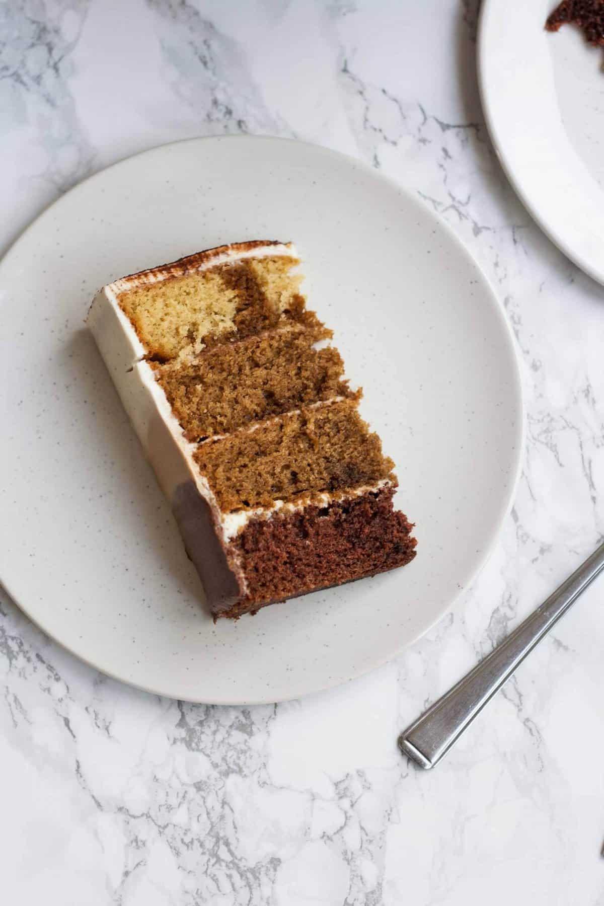 Tiramisu Layer Cake avec Ombre Mascarpone Glaçage - ce gâteau de tiramisu décadent est parfait pour les toxicomanes de café - c'est léger et savoureux et c'est un gâteau d'anniversaire idéal!     Eatloveeats.com