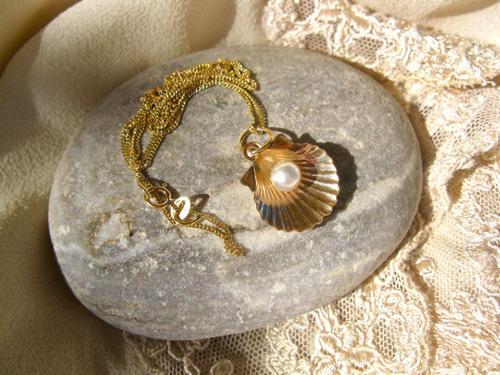 18ct gold scallop shell - symbolic of the pilgrim route to Santiago de Compostela