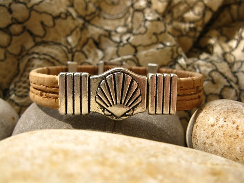 Magnetic scallop shell clasp could be the main feature of this versatile bracelet