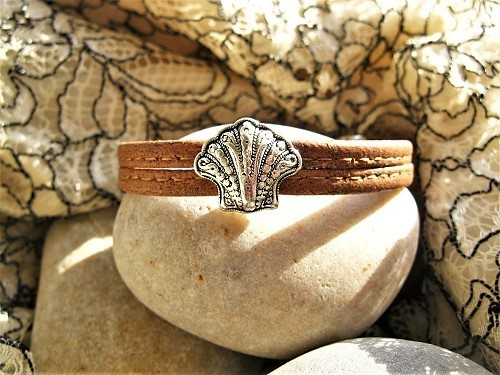The Camino bracelet features a decorative filigree scallop shell