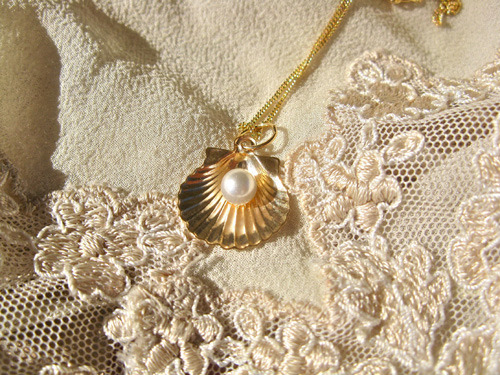 Scallop shell with pearl necklace ~ Santiago, 18ct gold 00887