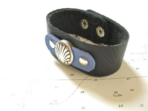 A comfortable bracelet to wear every day. Suitable for men or women. Select wrist size in Menu.