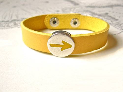 This unique leather bracelet features the Way of St James yellow arrow