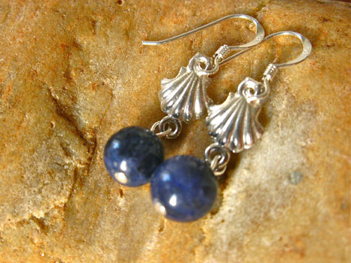 Camino earrings with scallop shells and sodalite MB01154