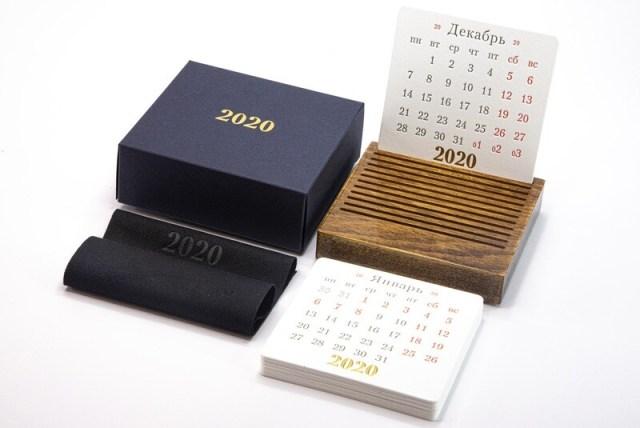 DIPLPMAT - Календарь на подставке из лакированного дерева.