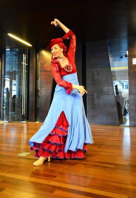 Vestido Modelo Clásico, color jacinto, detalles color burdeo, talla 42. Hecho en España