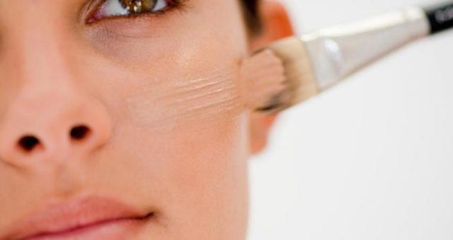 長青春痘還可以化妝嗎?當然可以,不過化妝品要慎選,因為如果是化妝品造成的青春痘,叫做化妝品性青春痘!