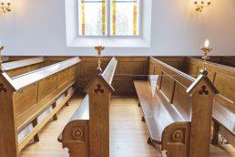I Dragør Kirke er hver anden kirkebænk afspærret, og der må højest sidde to på hver bænk. Foto: Thomas Mose.