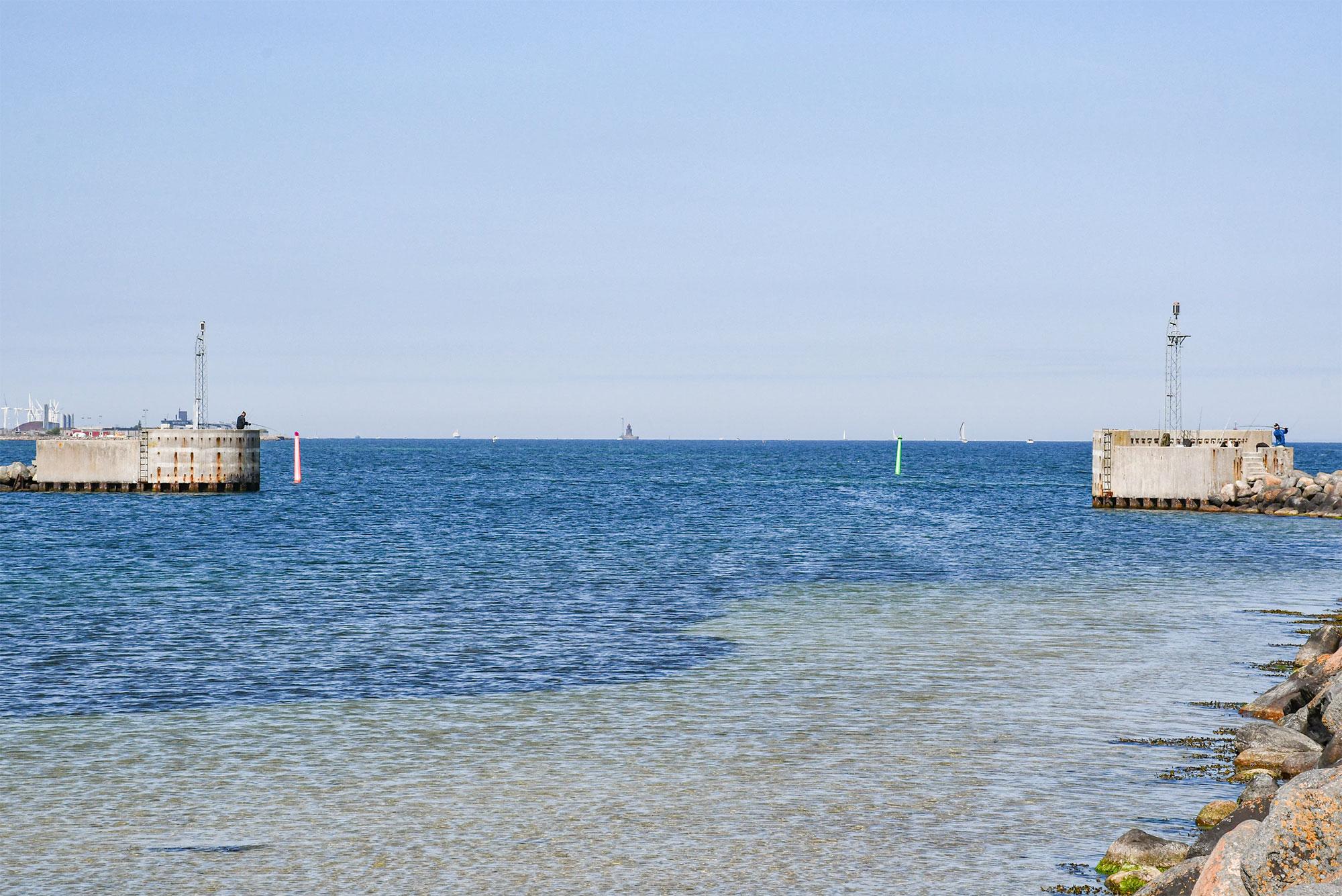 Med en ny fælles indsejling til Ny Havn og færgehavnen vil man mindske de årlige udgifter til uddybning af sejlrenderne. Samtidig tages der også et skridt i retning af sammenlægning af alle tre havnebassiner med én fælles indsejling. Og som et led i en fremtidig stormflodssikring ser man muligheden for at sætte en sluse i en fælles indsejling, som vil kunne lukkes i tilfælde af stormflod. Foto: Ebbe Kyrø.