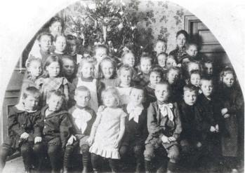 Sidste skoledag før jul i 1905 i »Tulipanhuset« med juletræ i baggrunden. Foto: Historisk Arkiv Dragør.