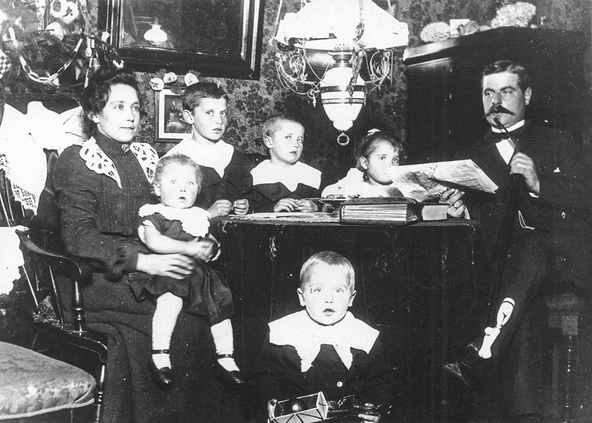 Ukendt familie i deres stue med juletræ i baggrunden. Fotoet stammer fra 1902–1904. Foto: Historisk Arkiv Dragør.