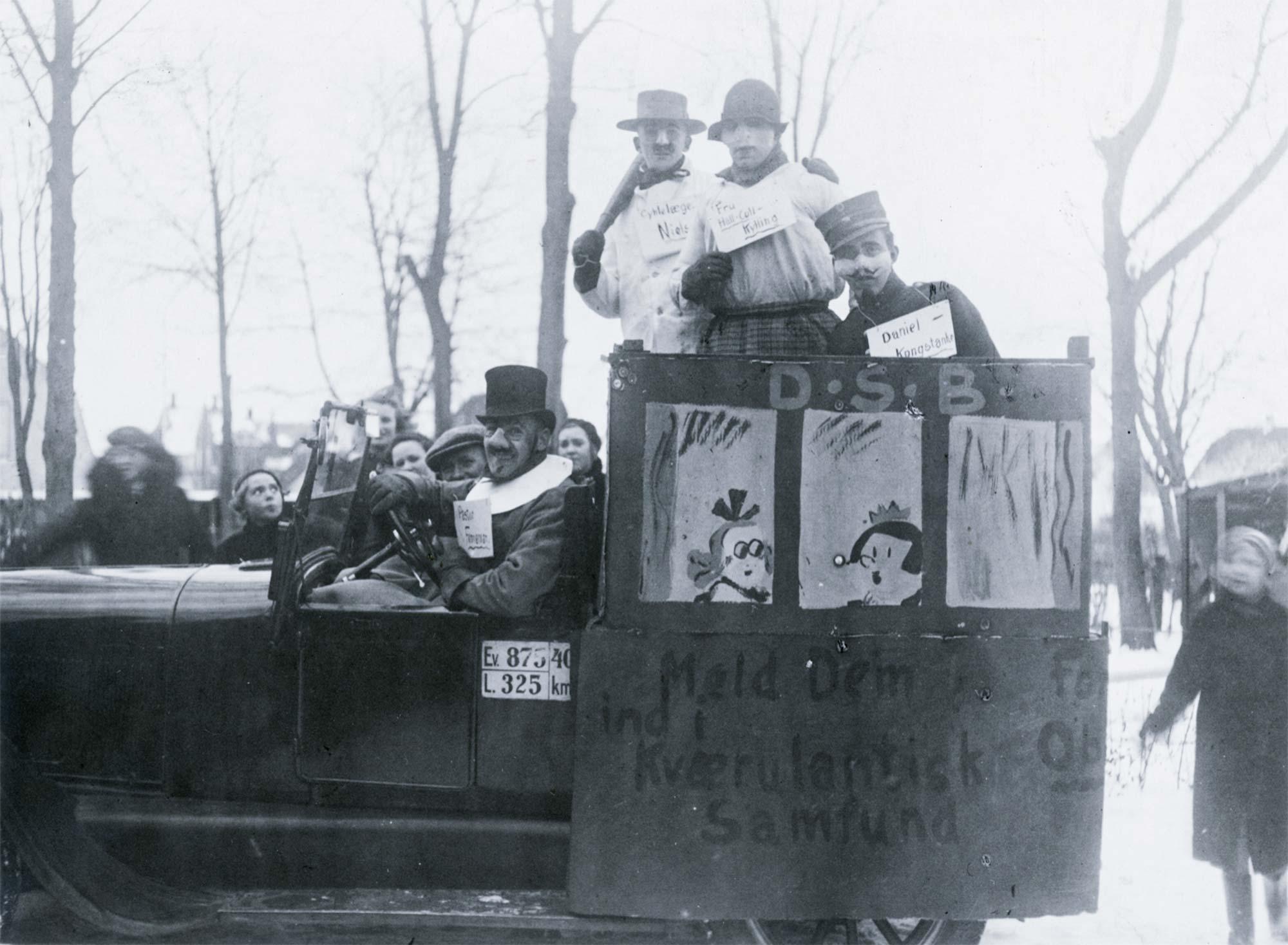 Dragør Boldklubs medlemmer deltager i fastelavn. 1926. Foto: Historisk Arkiv Dragør.