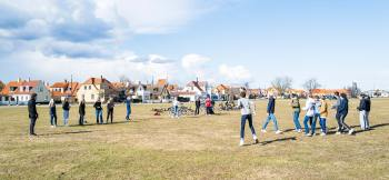 7.D fra Nordstrandskolen brugte sidste onsdag, den 17. marts, en del af deres ugentlige udendørs skoledag på at spille rundbold på det store græsområde ved Dragør Havn. Om det var drengene eller pigerne, der vandt, melder historien ikke noget om. Foto: TorbenStender.