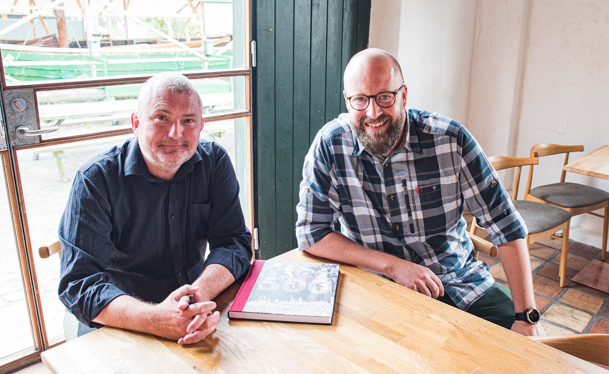 To af forfatterne til museets nyudgivelse, Søren Mentz (tv.) og Christian Aagaard, var mødt op i Havnepakhuset for at signere bøger til de mange købere. Foto: Thomas Mose.