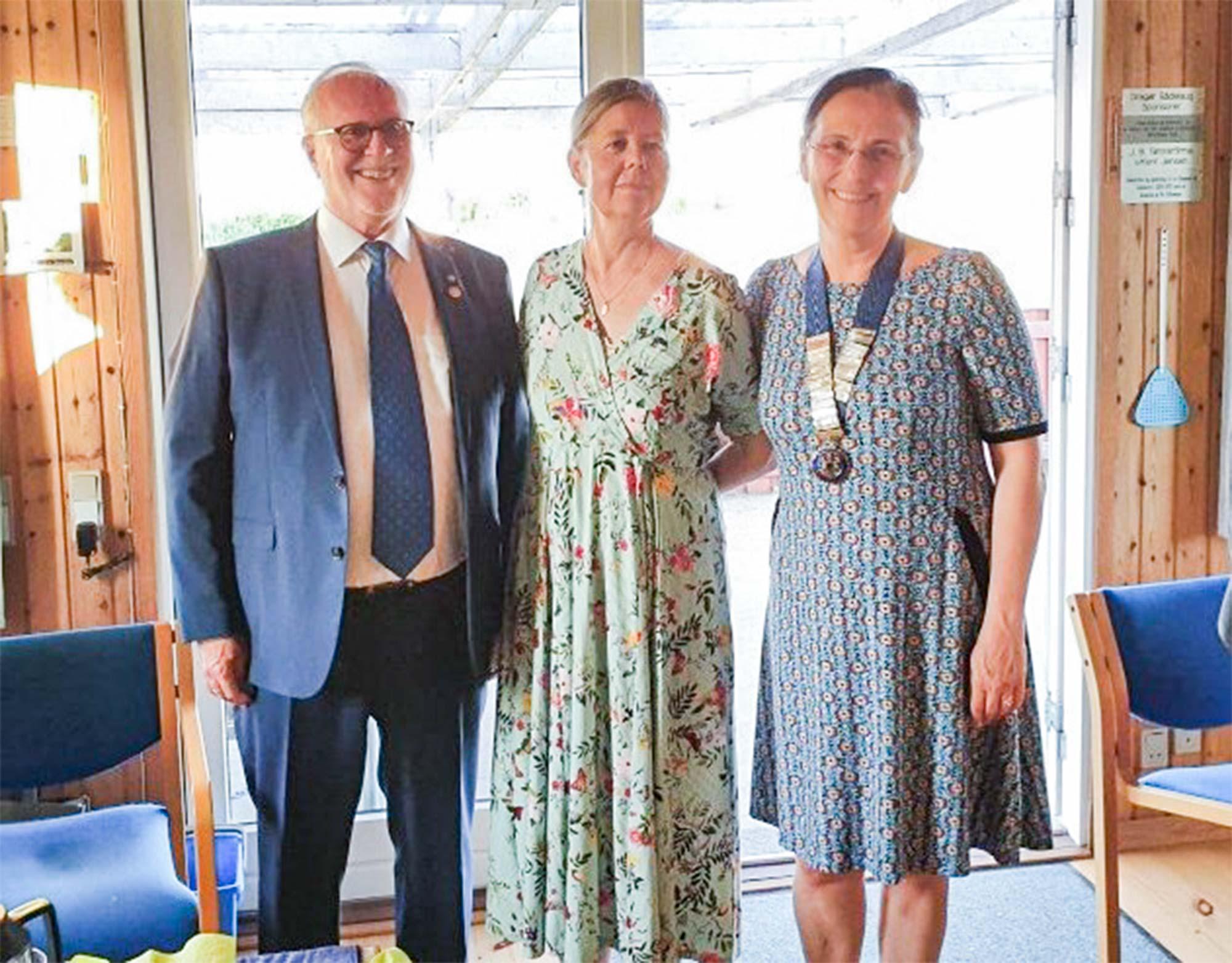 Afgående præsident, Jess Folke Andersen, kommende præsident Helle Barth, samt den nytiltrådte præsident Susanne Lindø Grønbech (th.) fra Dragør Rotary Klub.