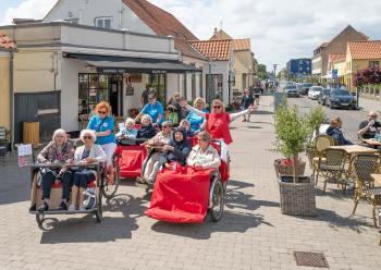 Det gode vejr blev, nydt da Cykling uden alder i lørdags tog en tur rundt i Dragør. Foto: TorbenStender.