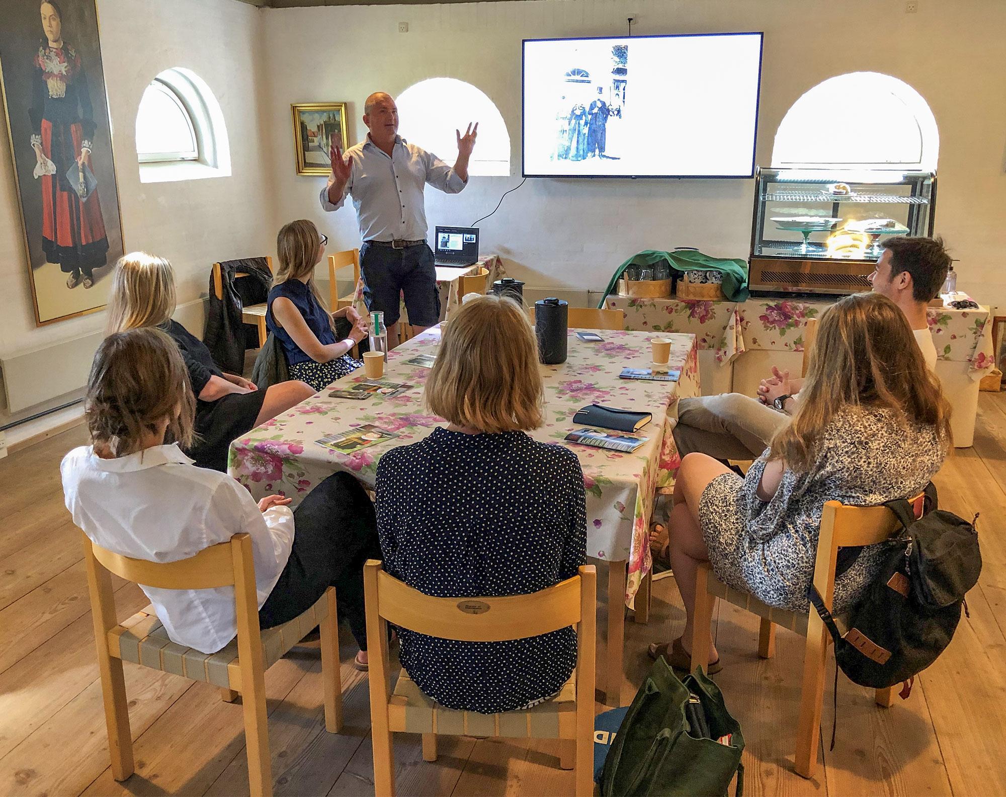 Museumsdirektør Søren Mentz holder oplæg for kursisterne.