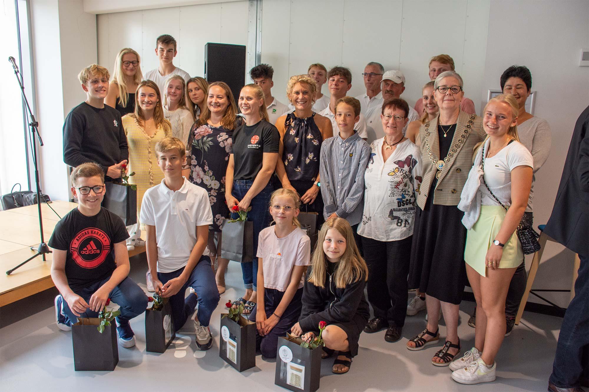 Glade sportsudøvere i selskab med borgmester Helle Barth. Foto: Hans Jacob Sørensen.