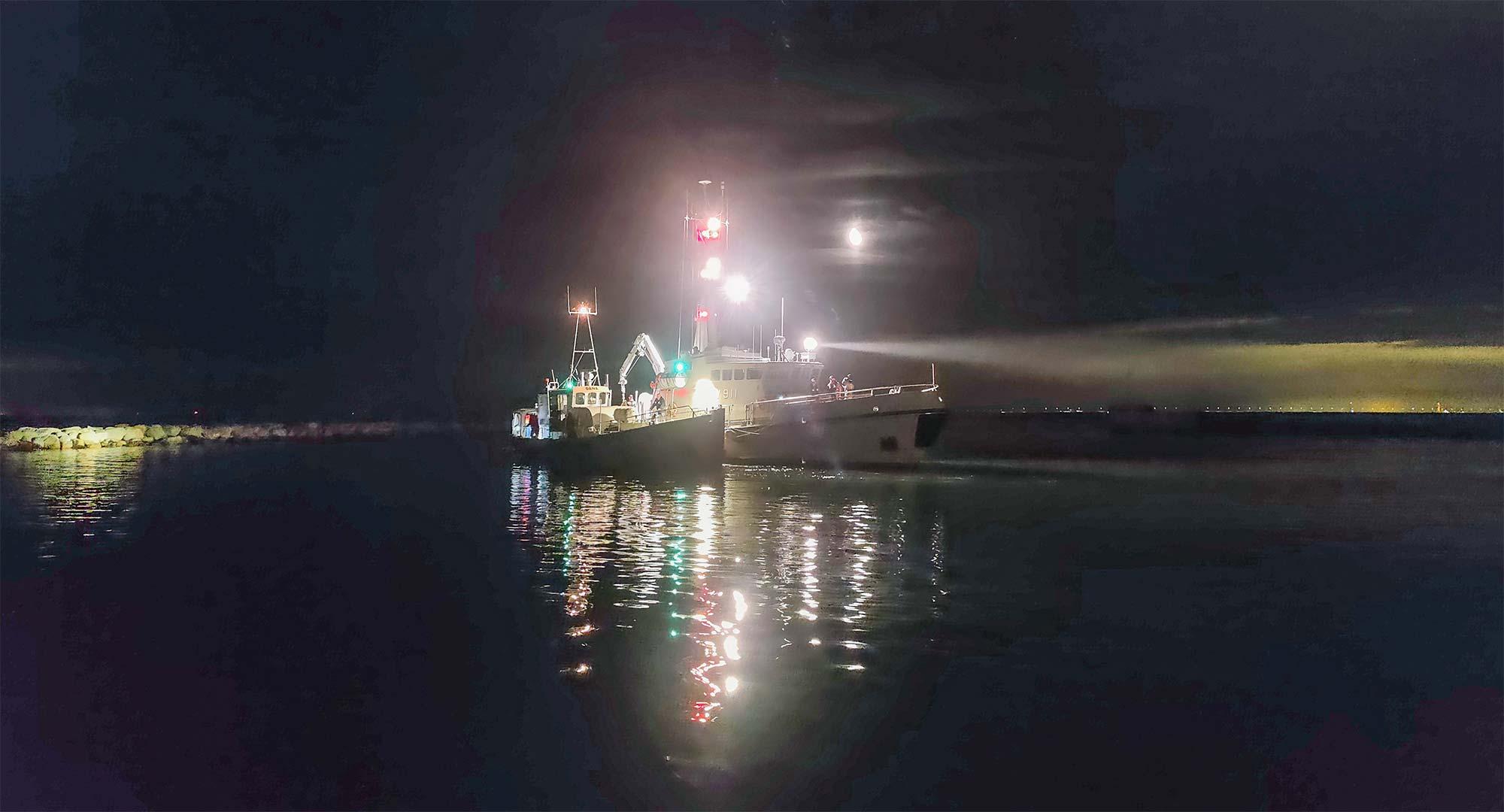 MHV 911 BOPA ved fiskekutteren tirsdag aften. Foto: Besætningen på Bopa.