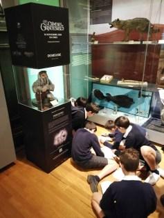 Niños participando en la visita-taller.