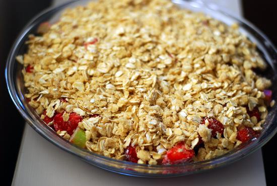 strawberrt rhubarb crisp before baking