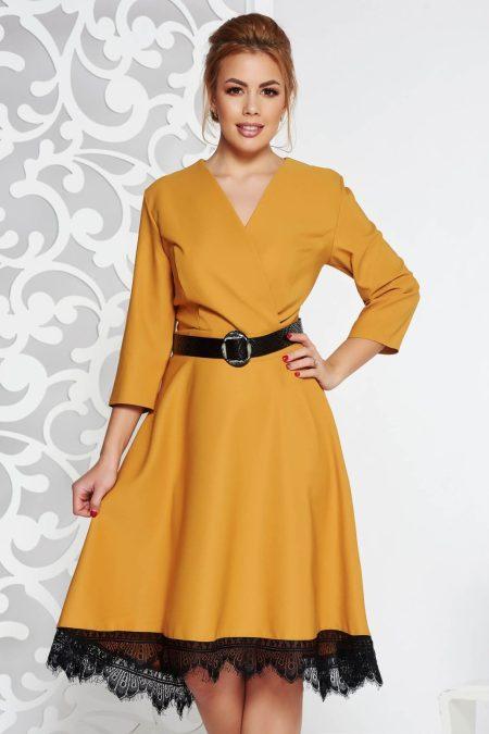 rochie-mustarie-eleganta-din-stofa-neelastica-in-clos-cu-aplicatii-de-dantela-cu-accesoriu-tip-curea