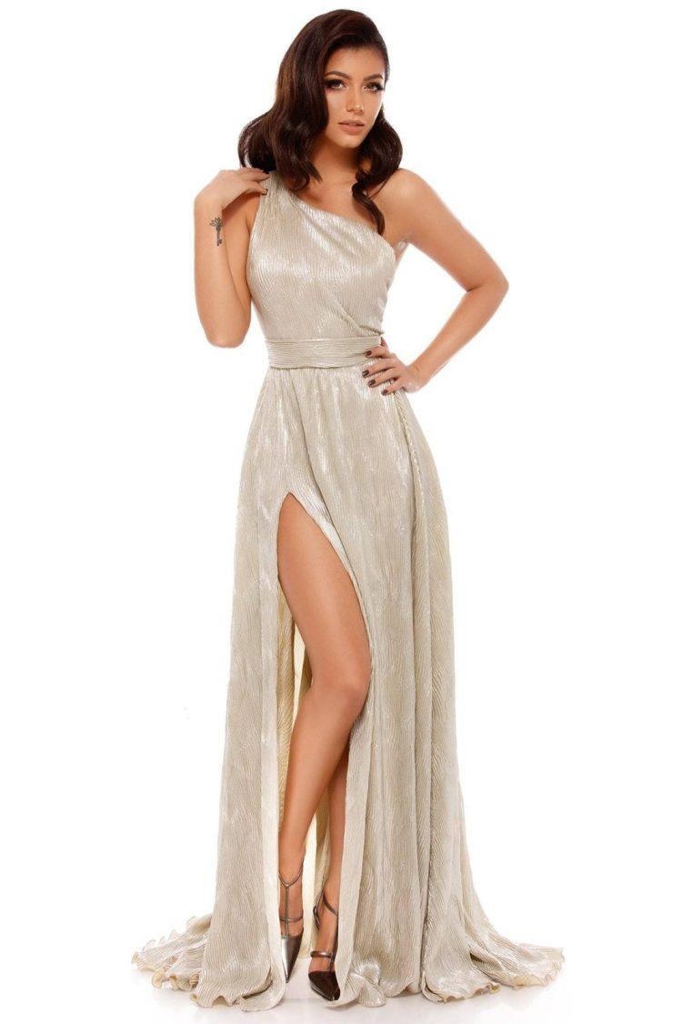 Rochie lungă din lurex plisat cu umăr gol şi crăpătură pe picior