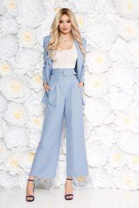 Compleu StarShinerS albastru-deschis elegant cu sacou drept si pantaloni evazati cu accesoriu tip curea si buzunare