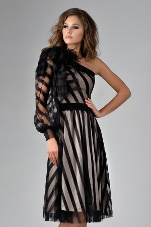 Rochie midi neagra pe un umar