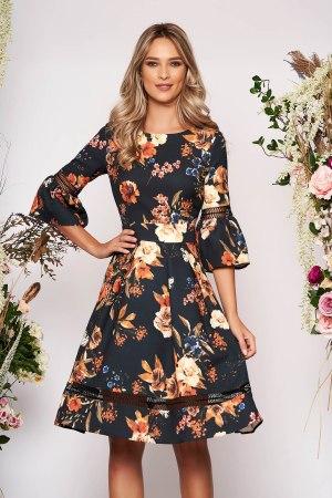 Rochie de ocazie neagra in clos cu maneci clopot si imprimeu floral