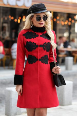 Palton dama rosu scurt cambrat cu insertii dantela neagra din stofa