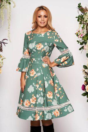 Rochie de ocazie in clos verde deschis cu maneci clopot si imprimeu floral