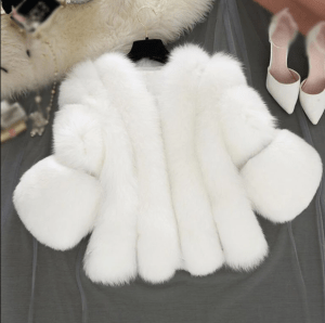 Haina de blana artificiala alba cu maneci lungi