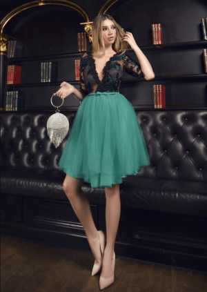 Rochie de seara scurta eleganta cu bust in v din dantela si fusta din tulle verde