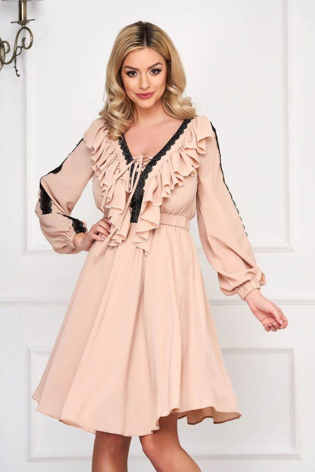 Rochie eleganta midi crem din voal in clos cu decolteu in v si dantela