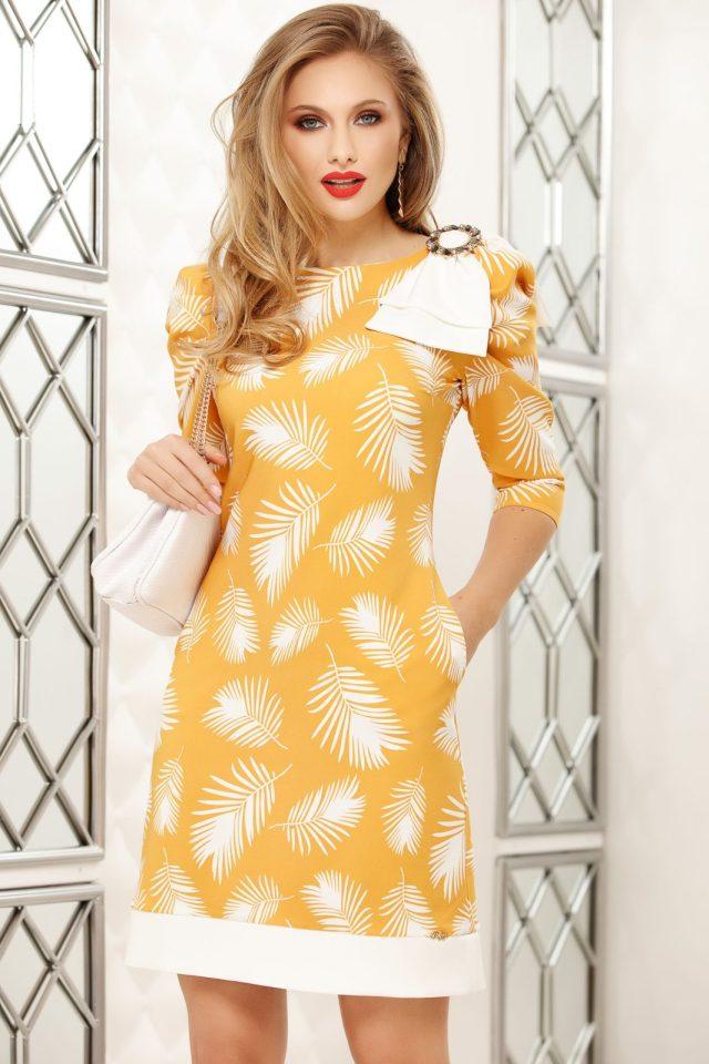 Rochie eleganta scurta galbena cu croi in a cu imprimeu floral si brosa