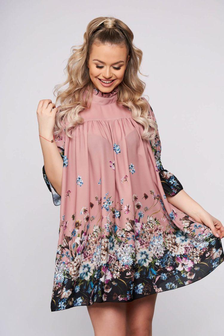 Rochie eleganta scurta roz deschis din voal pe gat cu maneci scurte