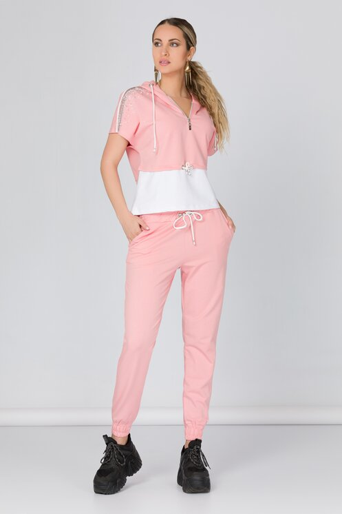 Costum sport roz cu strasuri si perlute