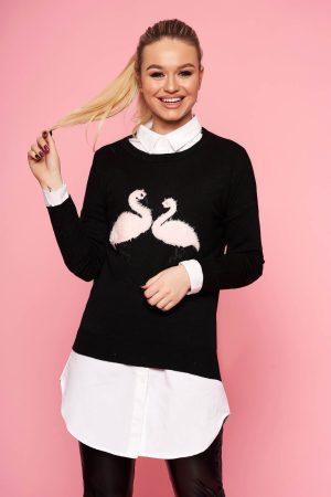 Pulover negru casual tricotat scurt cu croi larg cu decolteu la baza gatului si insertii cu blana ecologica