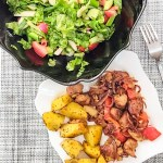 Legume la tigaie cu ceafă de porc și cartofi aromați la cuptor