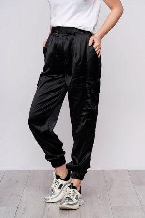 Pantaloni negri casual conici din satin cu buzunare si accesoriu tip curea