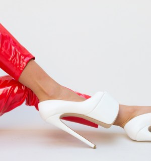 Pantofi albi cu toc ascutit