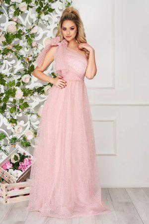 Rochie roz deschis lunga de ocazie in clos din tul pe umar cu aplicatii din plumeti