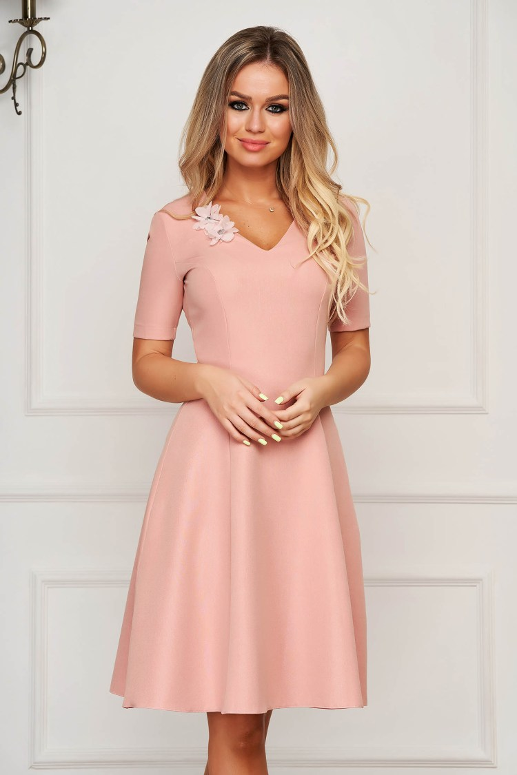 Rochie StarShinerS roz prafuit eleganta midi in clos cu decolteu in v din stofa