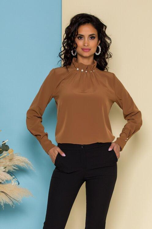Bluza LaDonna maro cu guler inalt accesorizat cu perle