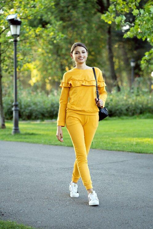 Compleu sport galben mustar din doua piese cu volane pe bluza